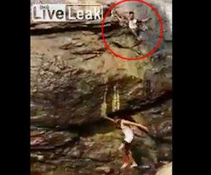 滝から落ちる男性