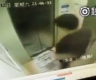 エレベーター内でジャンプ