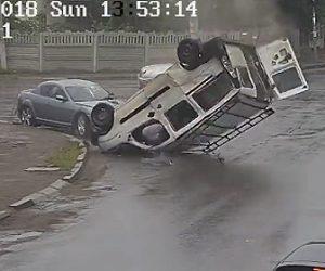 交差点で車が横転