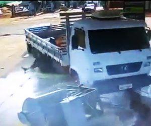 ガソリンスタンドでトラックがバックで暴走