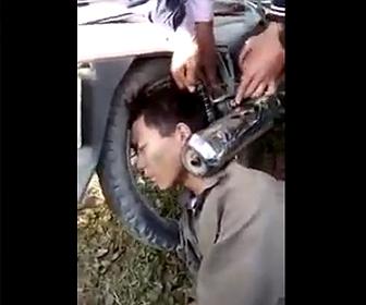 バイクのマフラーに頭が挟まる