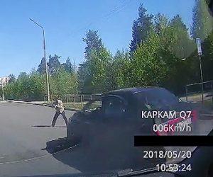 歩行者がバスに轢かれる