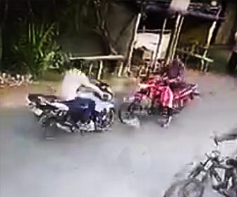 バイク2台が正面衝突