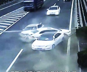 高速道路で車を停める女性ドライバー