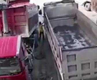 トラックとトラックに挟まれ