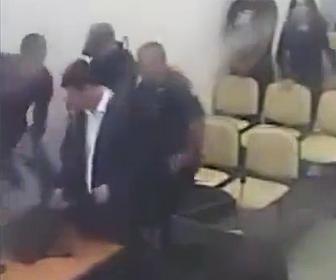 裁判所から逃げ出す男