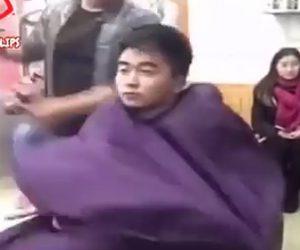 美容師が頭を叩く