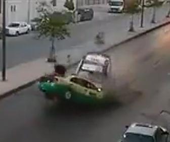 パトカーが正面衝突