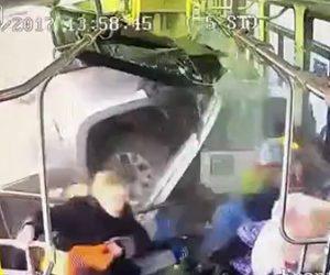 バスに車が突っ込む
