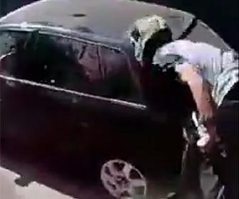 泥棒が駐車車両に突っ込む