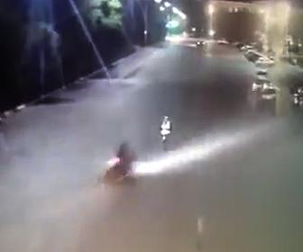 警察官に突っ込むバイク