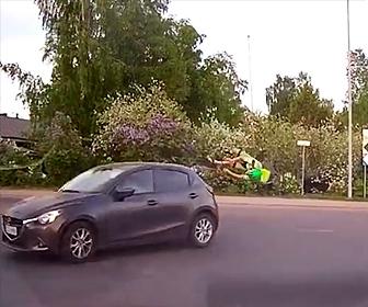 ロードバイクが左折車に突っ込む