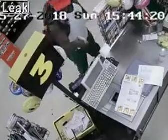 強盗が銃で店員を撃ち殺す