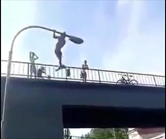 街灯から子供が落下