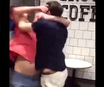 若者がおじさんと殴り合い