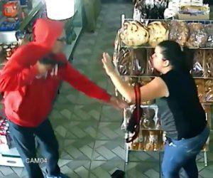強盗と戦う女性