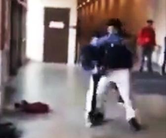 少年が投げ倒され痙攣
