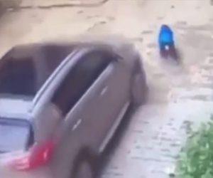 母親が子供を轢いてしまう