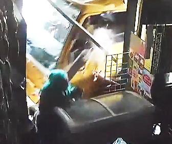 おばあちゃんにトラックが突っ込む