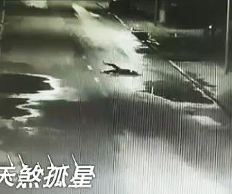 車道に寝る酔っ払った女性