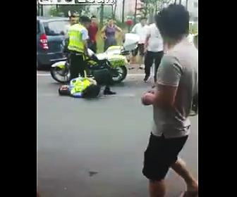 股間を攻撃される警察官