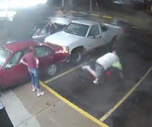 車で突っ込み殴りかかる
