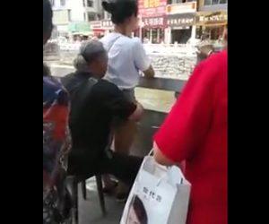 若い女性にマッサージする老人