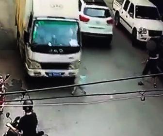少年がトラック轢かれる