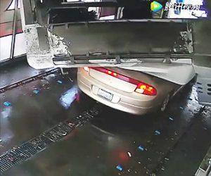 洗車機が倒れる