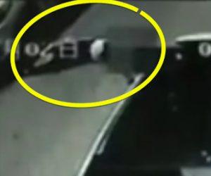 寝ている男性が車に轢かれる