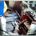 【動画】作業員が酸素ボンベをトラックらか降ろそうとするが突然大爆発し…