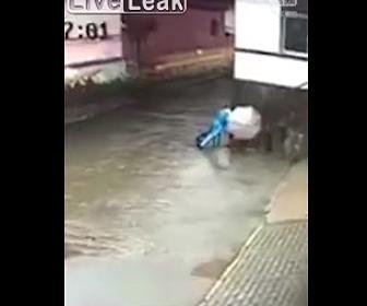 【動画】13歳少年が階段の手すりを触り感電。死亡してしまう