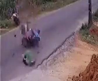 【動画】直線道路でバイク2台が正面衝突してしまう