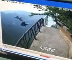 男性が飛び降り自殺
