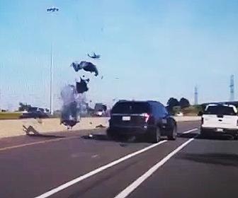 【動画】高速道路で車線変更したSUV車にバイクが突っ込み女性ライダーが宙を舞う