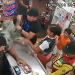 【動画】買い物中の男性が至近距離から銃で頭を打たれ即死する