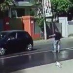 【閲覧注意動画】駐車を手助けしてくれる男性を女性ドライバーがバックで轢き殺してしまう