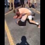 【動画】白人少年2人が駐車場で喧嘩。馬乗りになり激しい殴り合い。