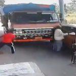 【動画】料金所で料金所スタッフにトラックが突っ込んでしまう