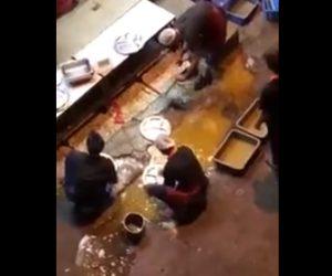 泥水で食器を洗う