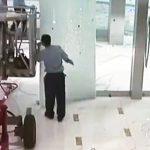 【動画】高所作業機械を店内に入れようとするが自動ドアが閉まりドアが壊れてしまう