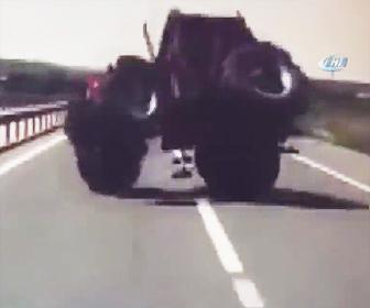 横転したトラクターにバスが突っ込む