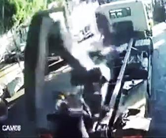 トラック荷台で事故