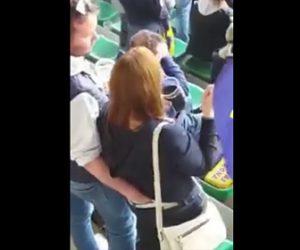 彼女のお尻を触る男