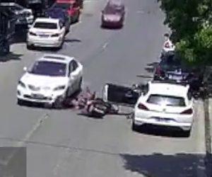 停車している車のドアが開き事故
