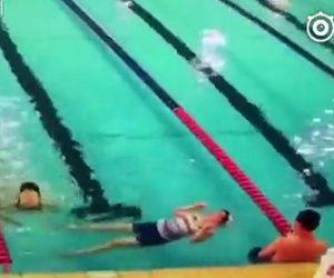 女性がプールで溺れてしまう