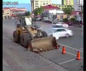 猛スピードの車が歩行者をはねる