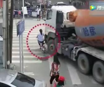 ミキサー車が女性を轢いてしまう