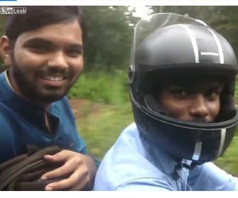 自撮りしながらバイクで事故る