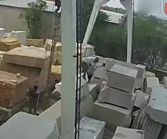 石材が崩れ作業員が挟まれる